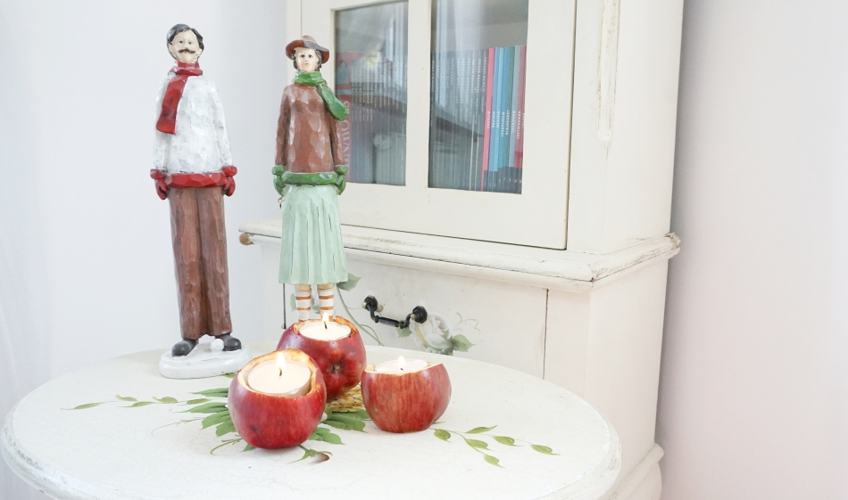 Świeczniki z jabłek. Jabłka ze świeczkami, malowany stolik, drewniane figury - haart.pl blog diy zrób to sam