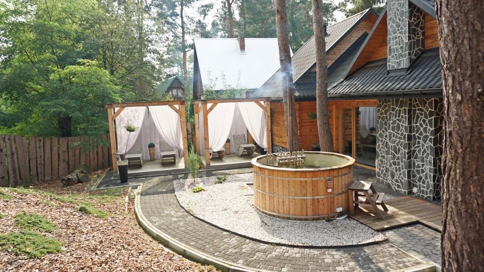 Bacówka Radawa Spa gorąca balia, strefa relaksu, drzewa. HAART.pl blog diy