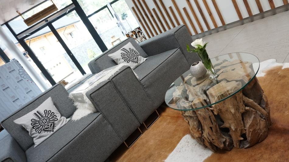 Bacówka Radawa, hol, szare fotele, góralskie dodatki, drwniany stolik. HAART.pl blog diy