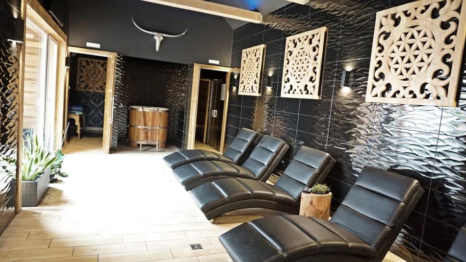 Bacówka Radawa Spa sauna, strefa relaksu, czarne fotele, HAART.pl blog diy