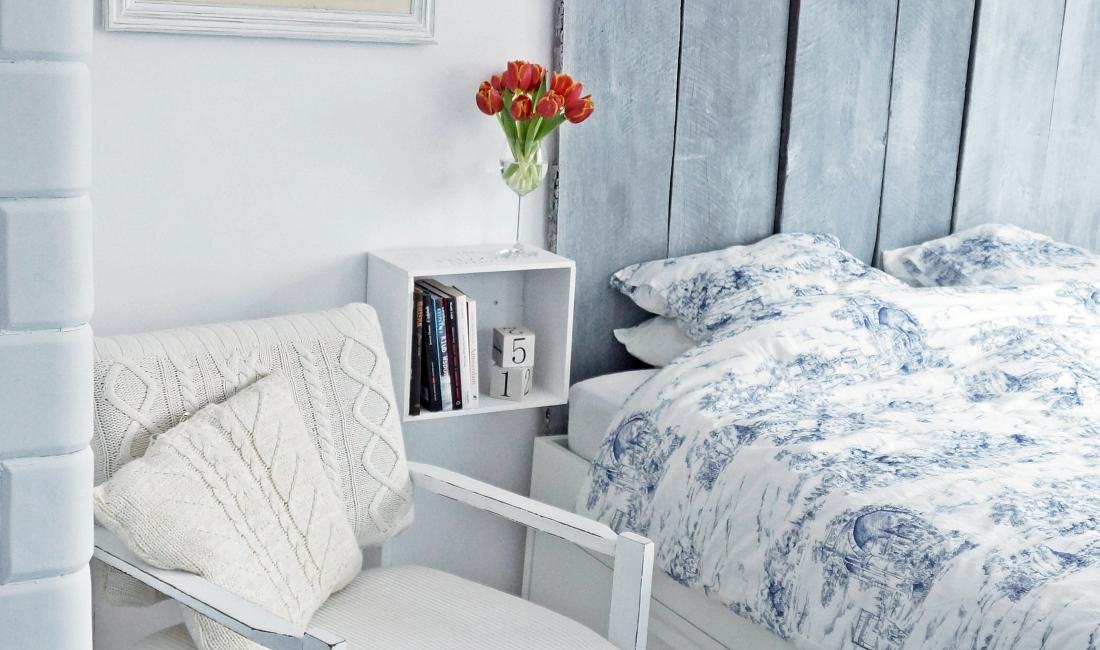 Jak odnowić stary fotel. Błekitna sypialnia, tulipany, biały fotel. HAART.pl blog DIY