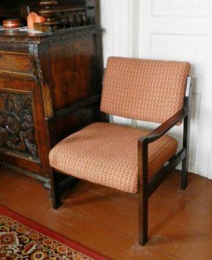stare krzesło z miękkim siedziskiem i oparciem