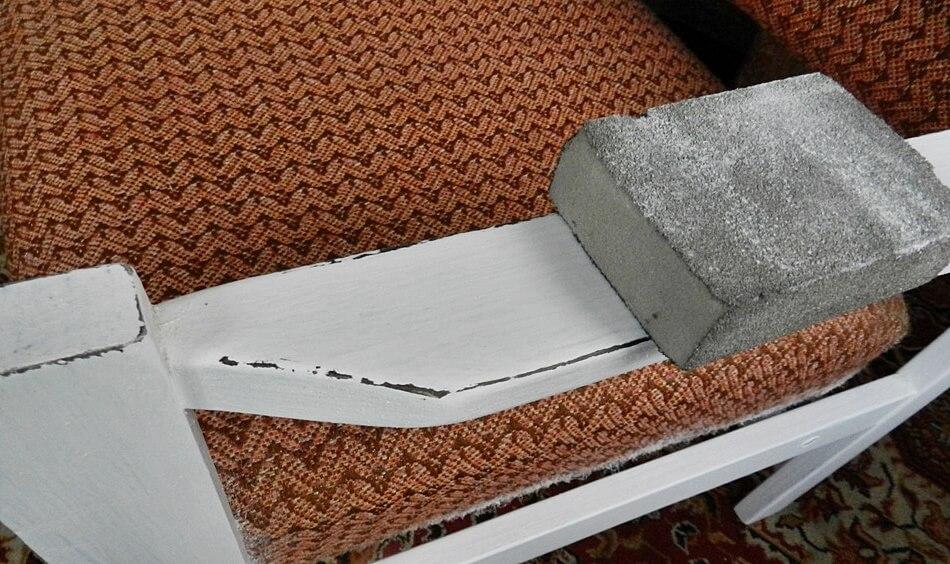 jak odnowić stary fotel, przecieranie narożników papierem ściernym, shabby chic