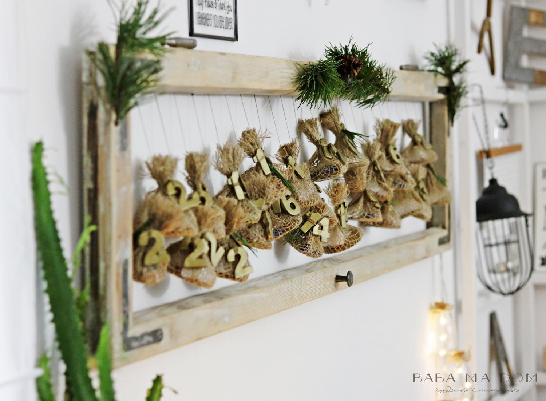 Kalendarze adwentowe. Stara rama okienna, świąteczne dekoracje, zawieszki. HAART.pl blog DIY