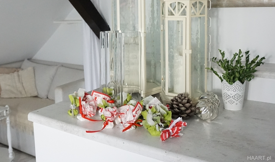 kalendarz adwentowy w wazonie. Małe sakiewki, wazon, białe lampiony. HAART.pl blog diy zrób to sam