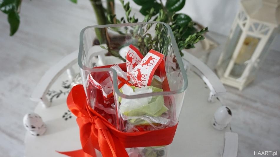 Kalendarz adwentowy w wazonie. Szklany wazon z prezentami, czerwona kokarda. HAART.pl blog diy