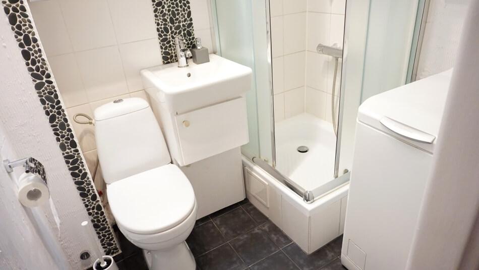remont małej łazienki, efekt końcowy, biała ceramika