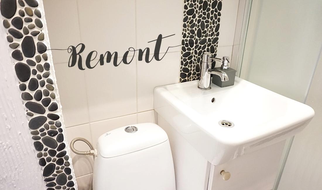 Remont małej łazienki w bloku, małe kamienie na ścianie