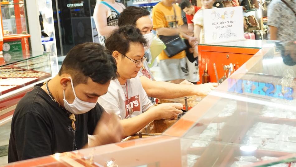 Bangkok atrakcje Mah Boon Krong jubiler, ludzie w maskach HAART.pl blog diy