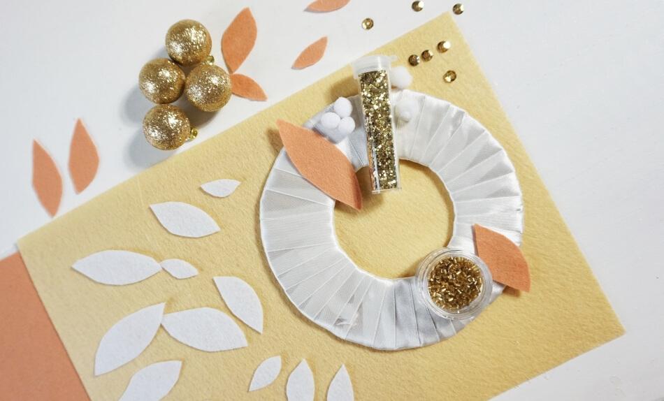 filcowe listki i koraliki na świątecznym stroiku