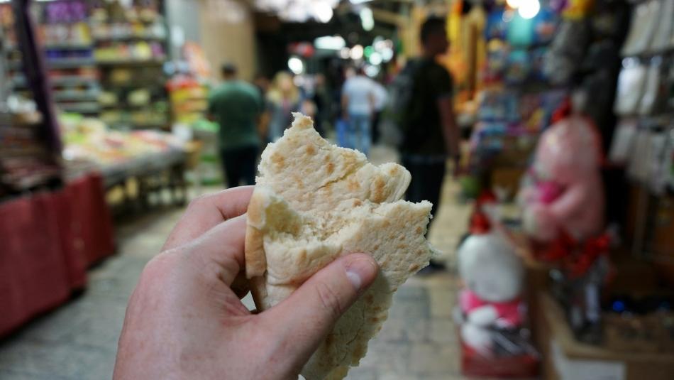 pszenna pita na ulicy w izraelu