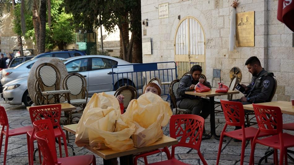 bezpieczeństwo na ulicach, żołnierze jedzący obiad w izraelu