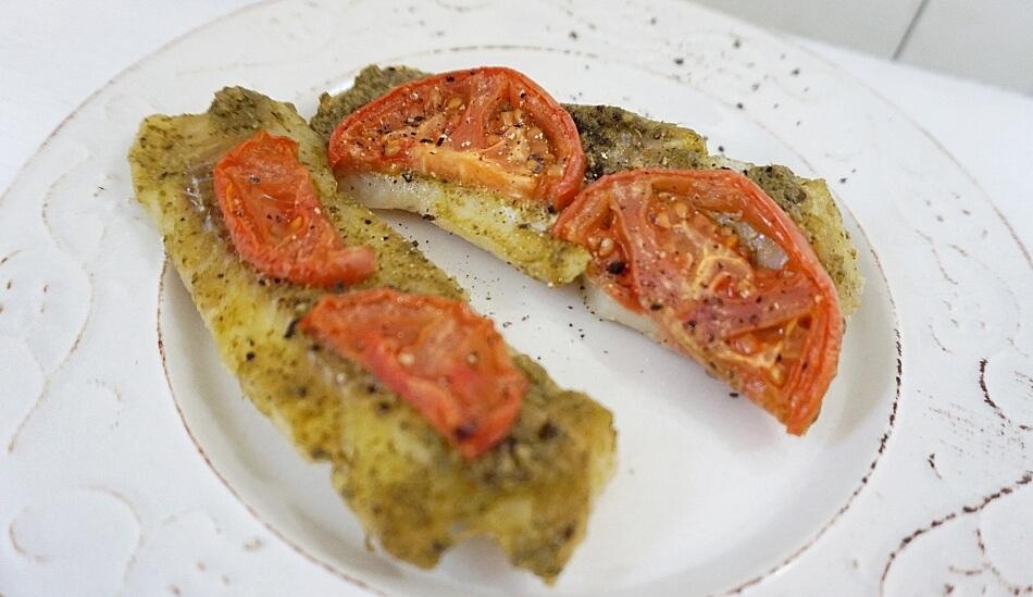 ryba z pesto i pomidorami, danie obiadowe, przepis
