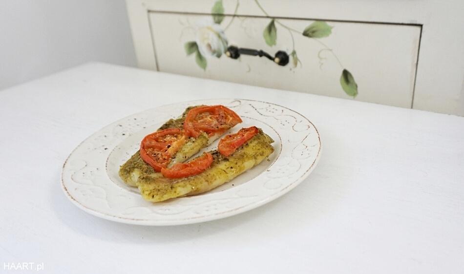 ryba z pesto i pomidorami na obiad, przepis