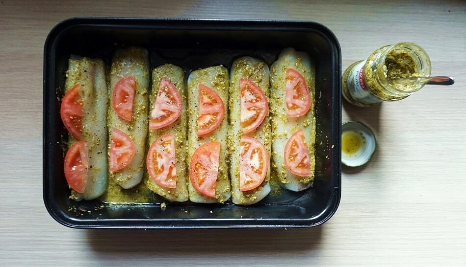 przygotowana do pieczenia potrawa z pomidorami