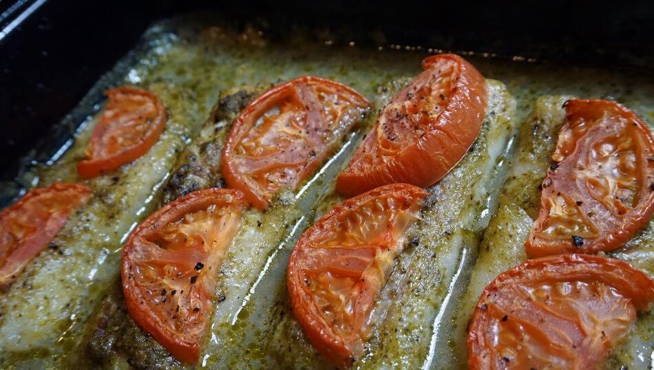 ryba z pesto, pieczenie morszczuka w brytfannie