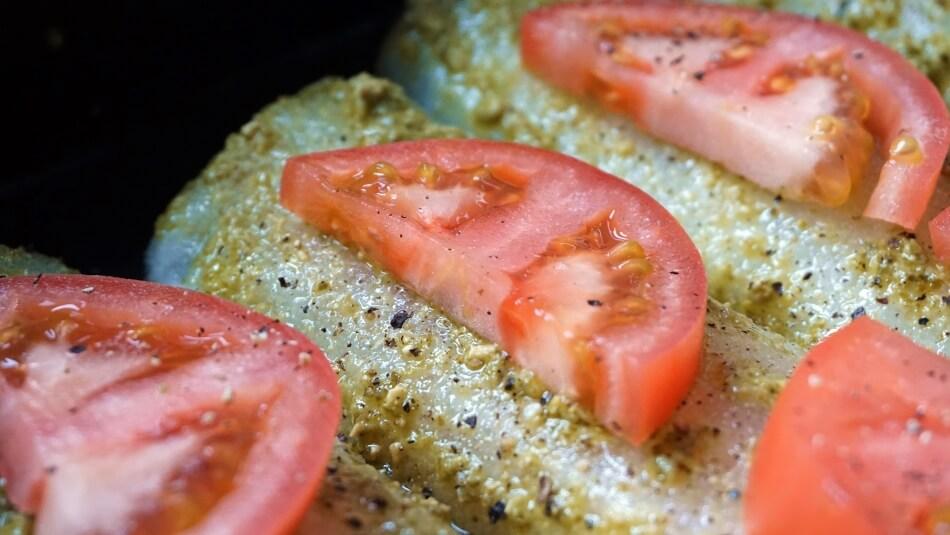 ryba z pesto jako glazurą i pomidorami, zapiekana, przepis