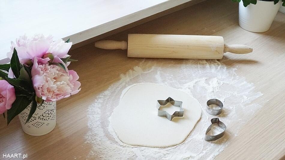 masa solna diy, wałkowanie ciasta, wycięte foremkami