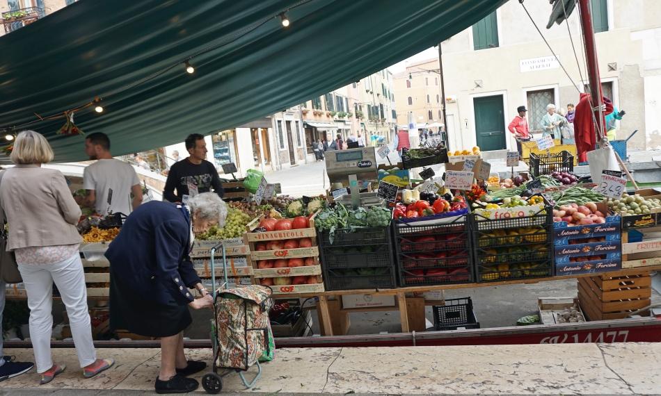 Wenecja kram z warzywami na łodzi