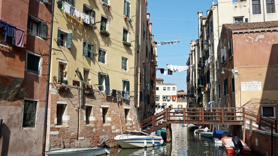 Wenecja pranie między budynkami