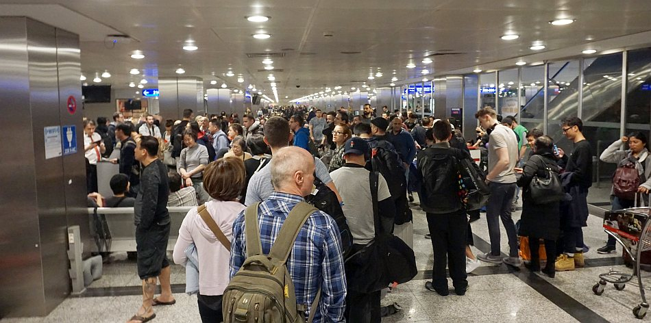 warszawa hong kong lotnisko ataturk istambuł poczekalnia tłok