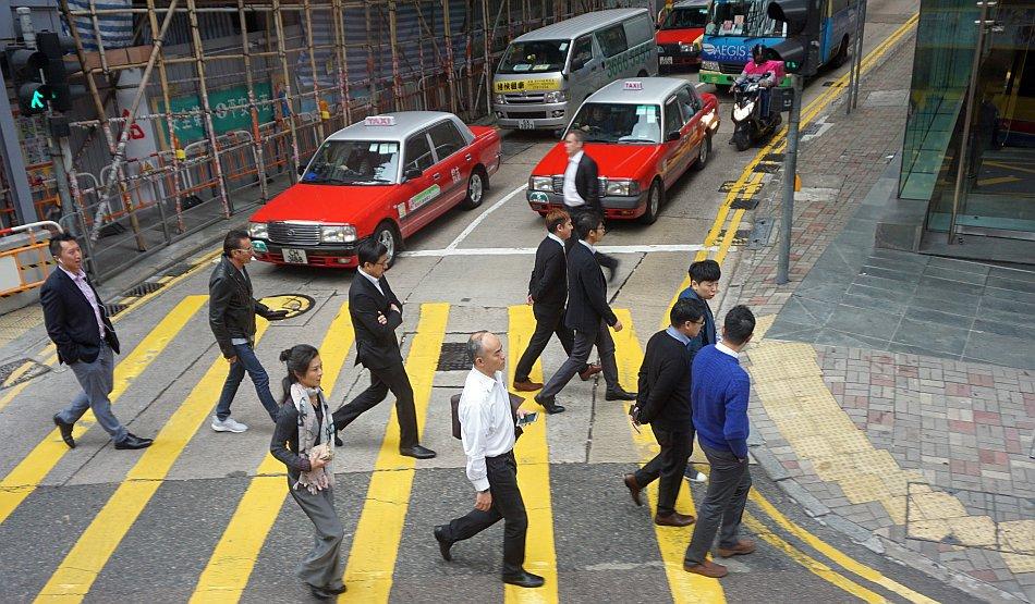 warszawa hong kong taxi taksówka na przejściu dla pieszych