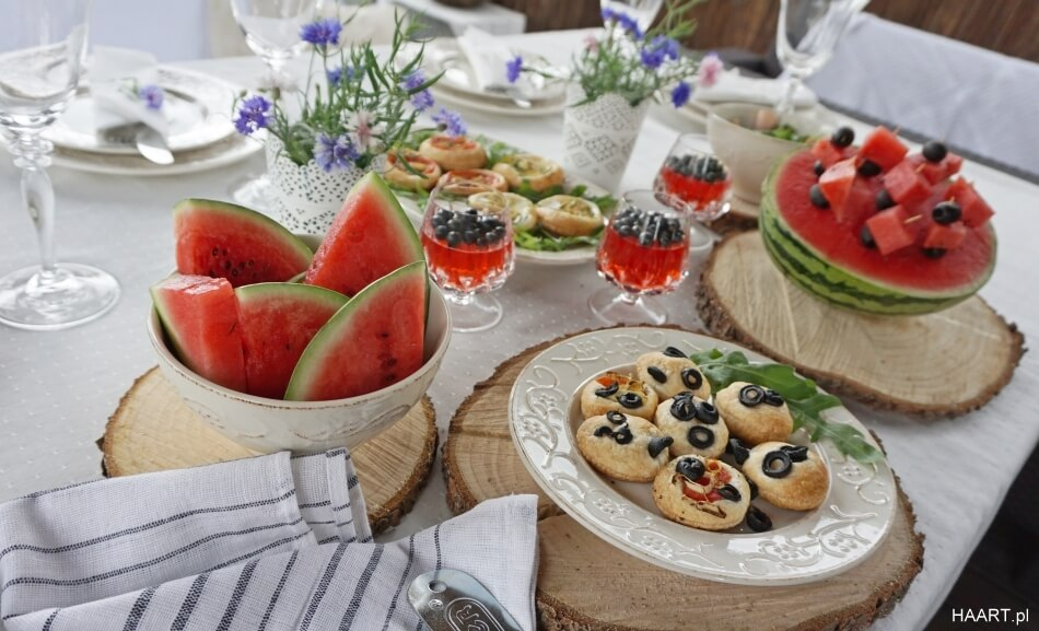 tartaletki z ciasta francuskiego, gotowa przekąska na stole, wegetariańska przystawka