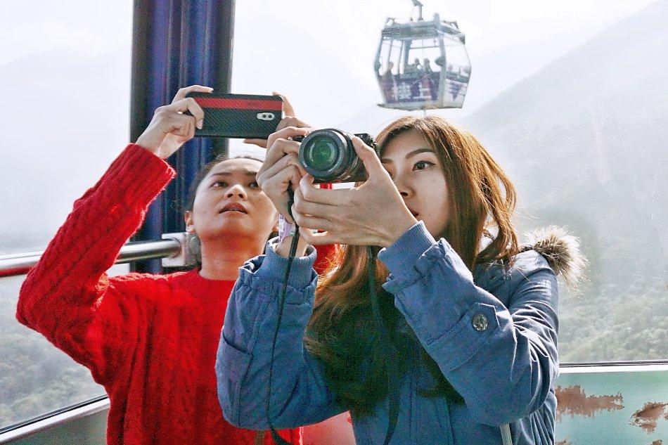ngong ping hong kong lantau wagonik turyści