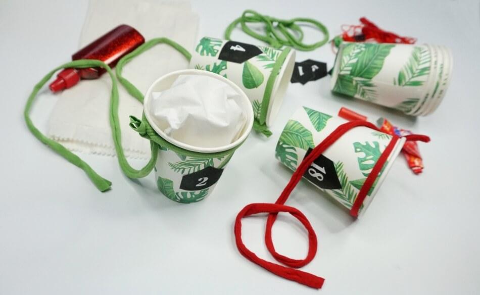 zielone zdobione kubeczki jednorazowe jako kalendarz na adwent