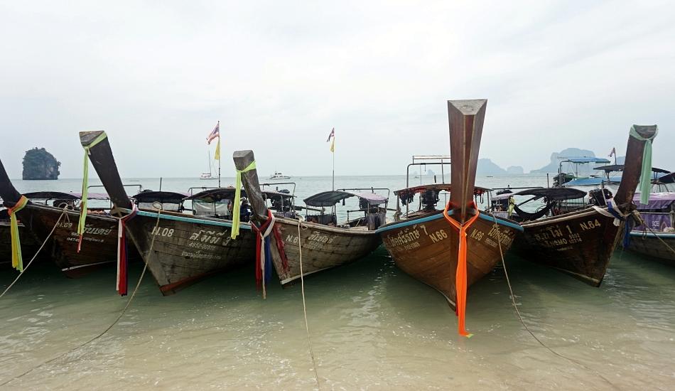 tajlandia, long boat zacumowane przy brzegu