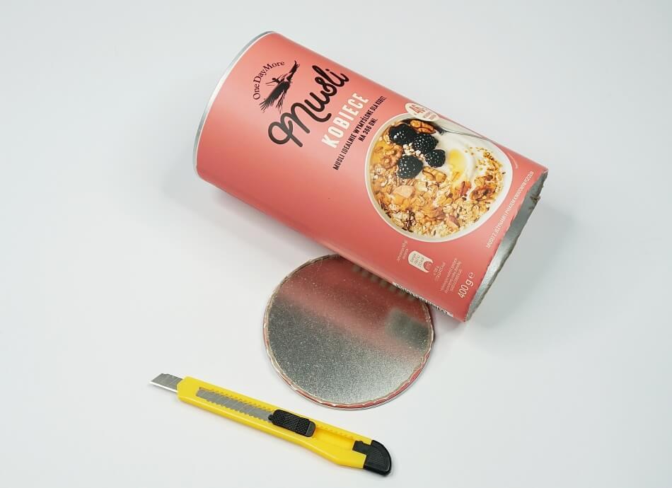 odcięte nożykiem do tapet denko puszki po musli