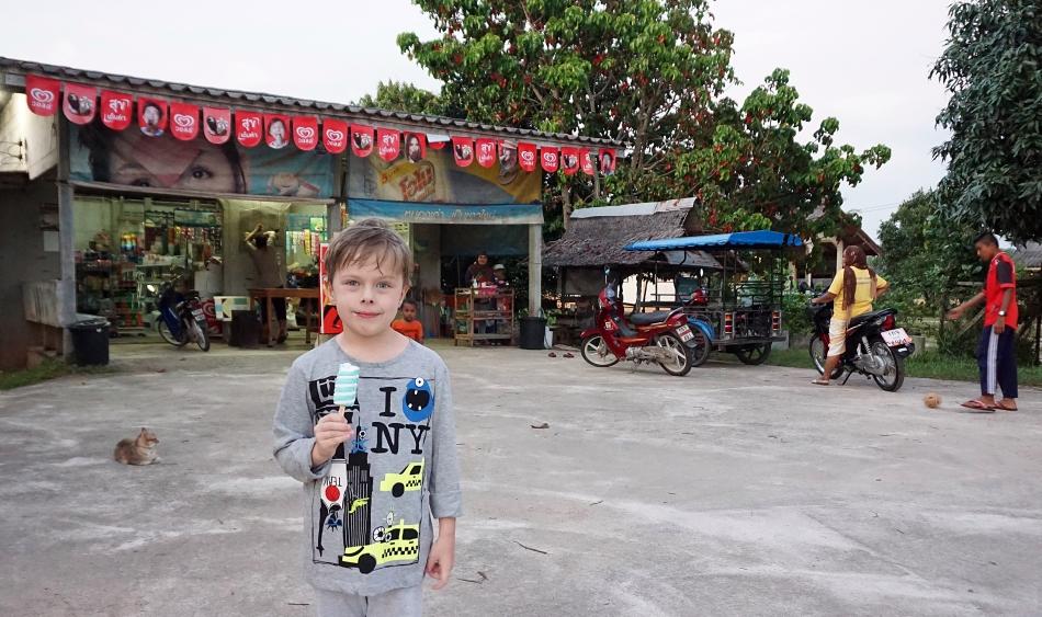 Lokalny sklep w Krabi w Tajlandii