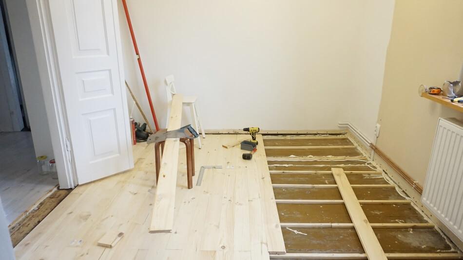 listwy drewniane na podłodze remont