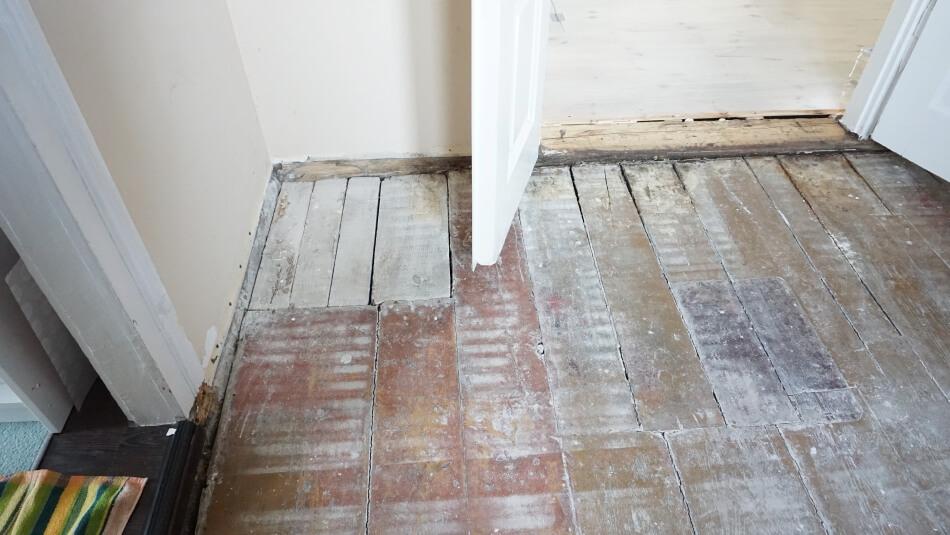 drewniana podłoga w starym domu uszkodzenia