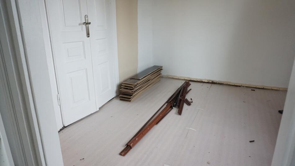 usuwanie paneli podłogowych i maty wygłuszającej