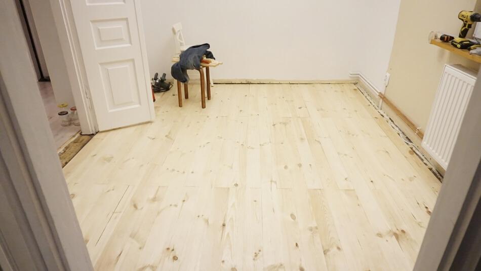 gotowa drewniana podłoga w jadalni