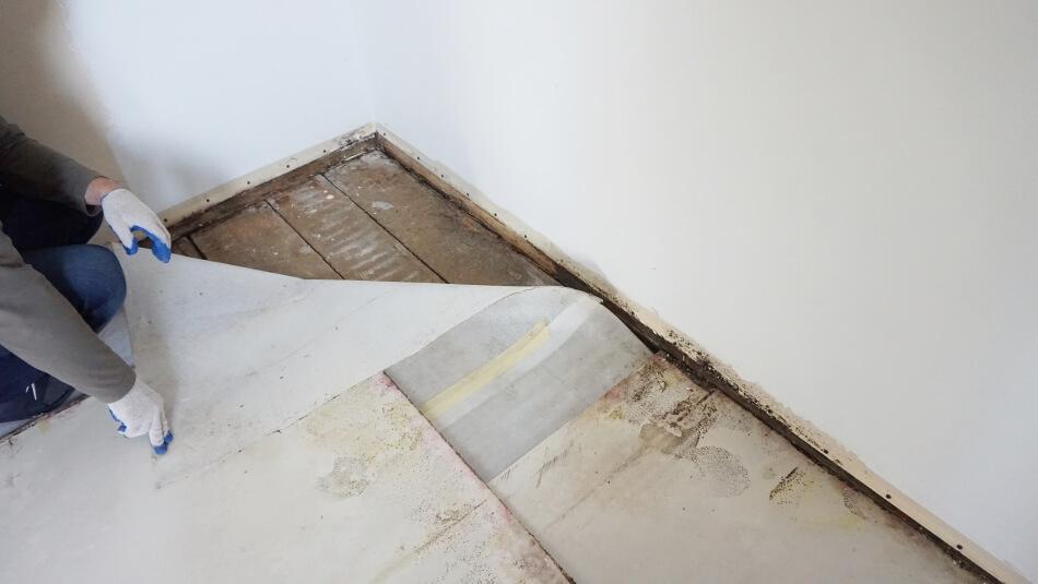 drewniana podłoga pod panelami podłogowymi remont