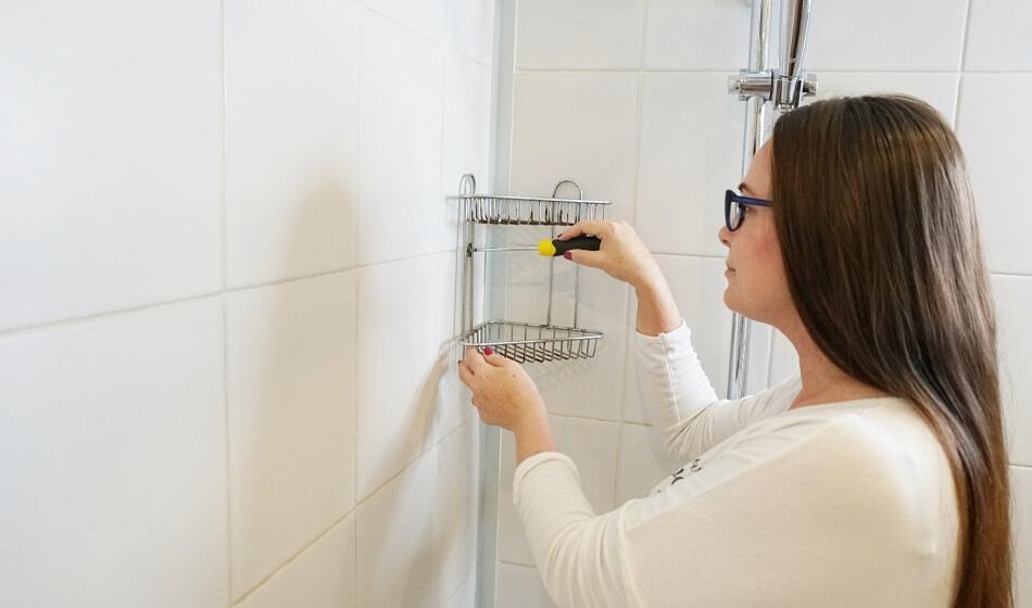 demontaż półki pod prysznicem