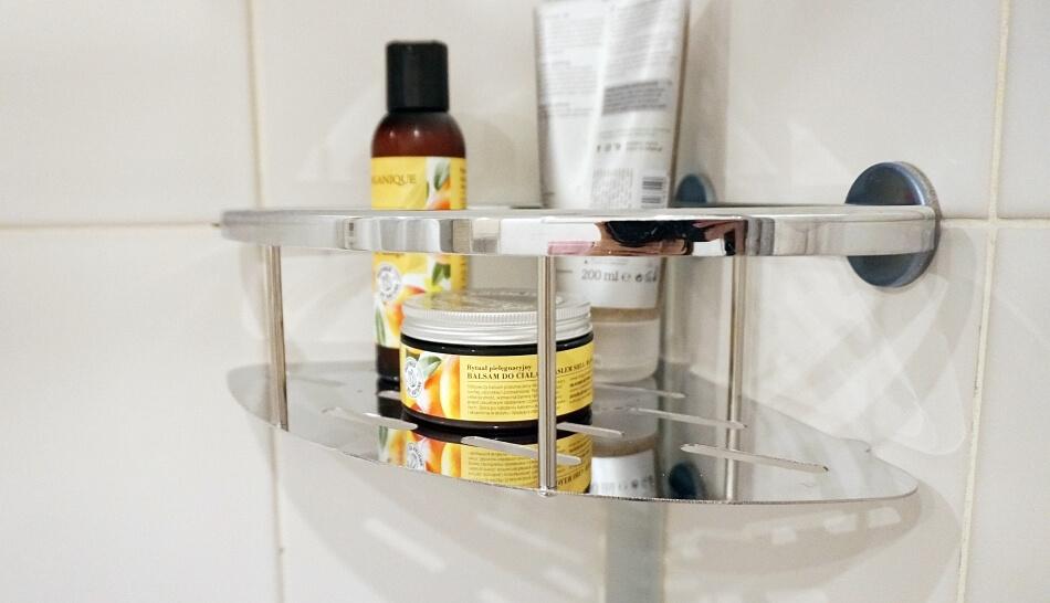metamorfoza łazienki narożna półka tesa z damskimi kosmetykami