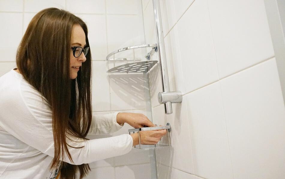 metamorfoza łazienki, przyklejanie półki tesa power.kit pod prysznicem