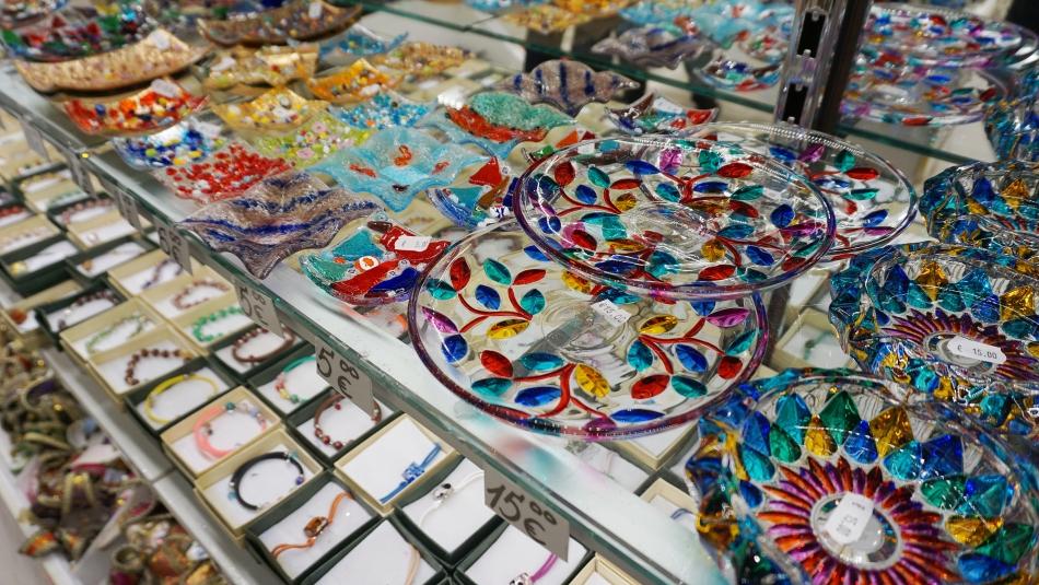 Ceny w Wenecji Kolorowe szkło weneckie talerze, szklanki, figurki