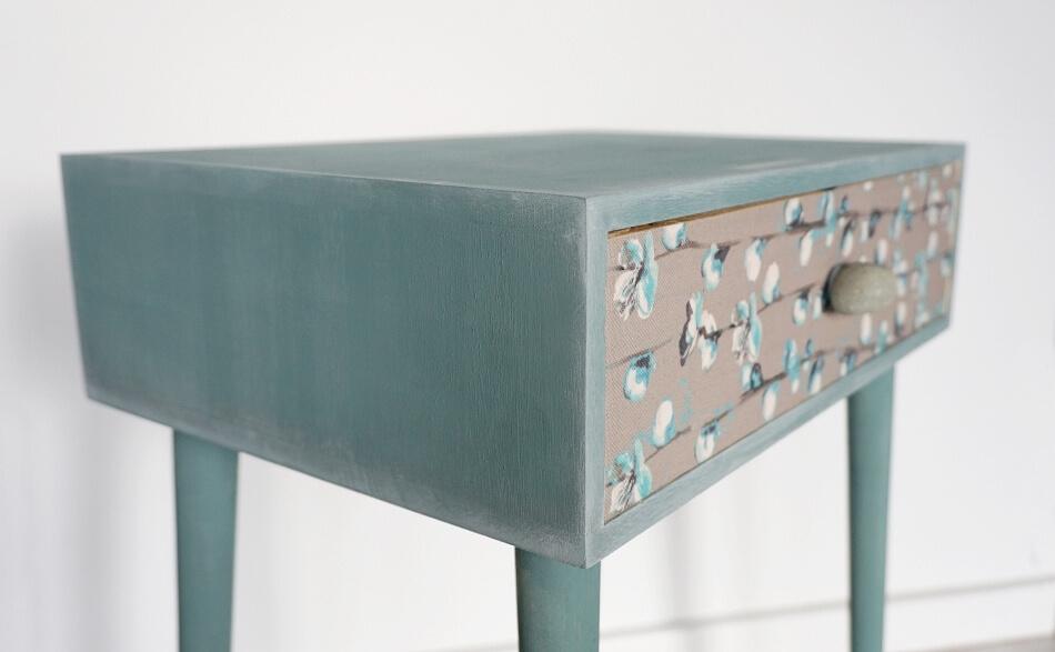 Stolik z kamieniem w roli uchwytu szuflady