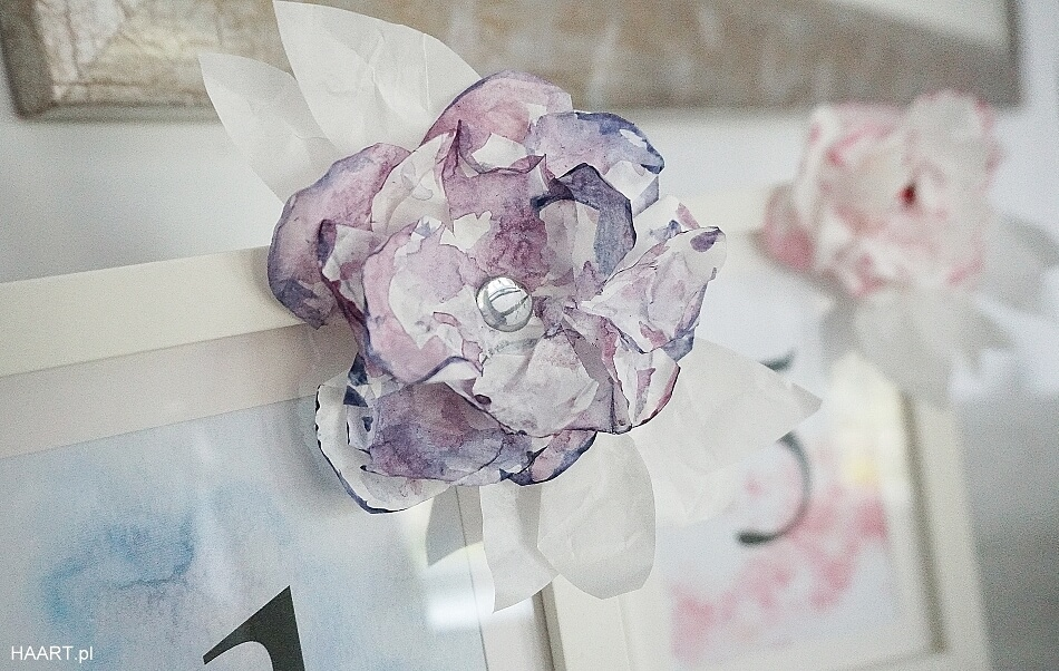 Numerki z papierowymi kwiatami na stół
