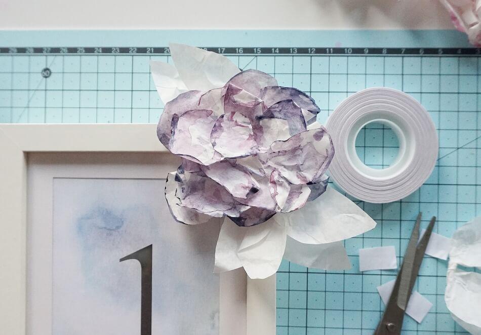 numerki na stół weselny z kwiatami
