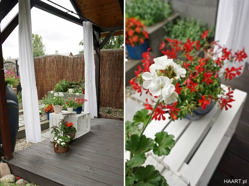 bielone skrzynki na tarasie w ogrodzie, z kwiatami