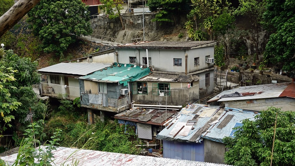 Okolica klasztoru 10000 Buddów, zniszczone domy