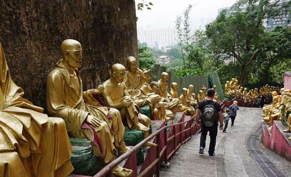 Posągi Buddy w świątyni 10000 buddów, hong kong