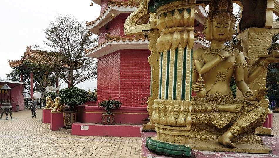 dziedziniec klasztoru 10000 Buddów