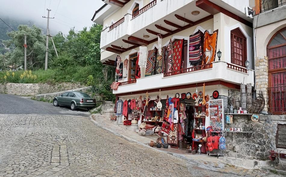 Miasteczko Kruja w Albanii, sklep z pamiątkami
