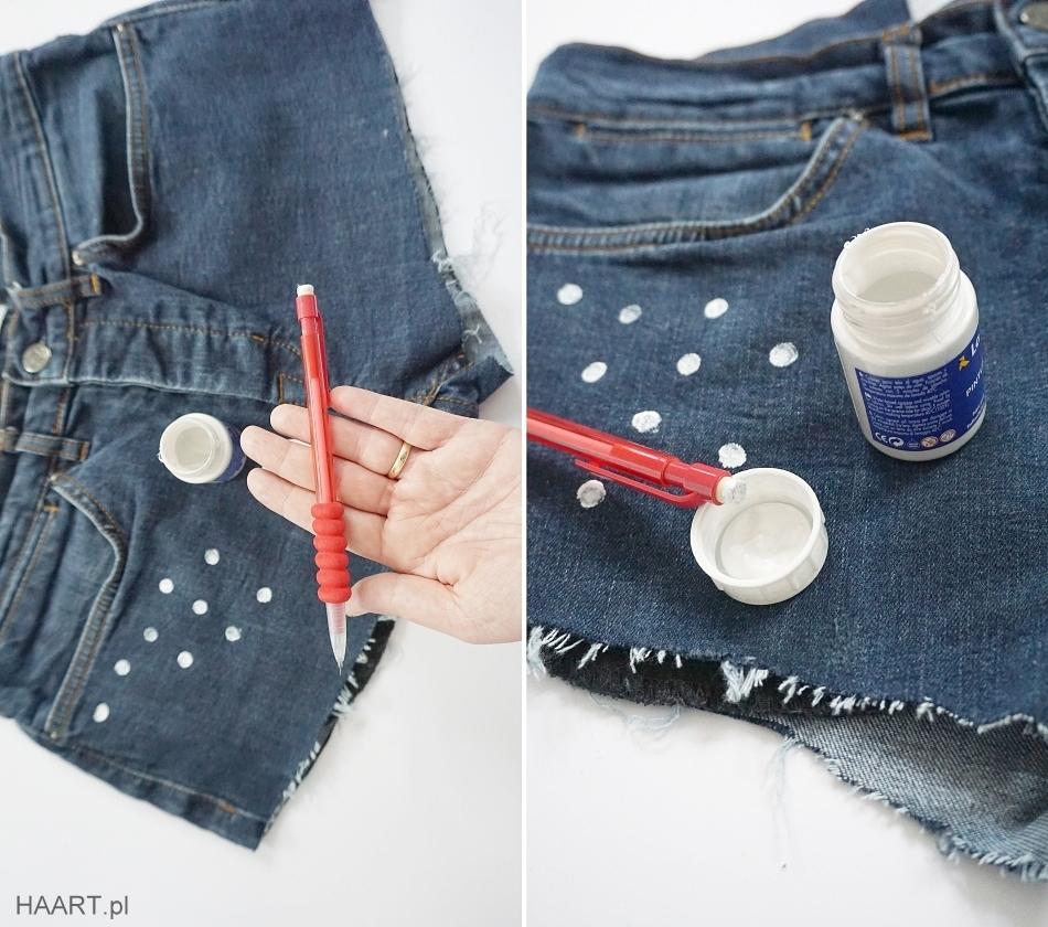Malowanie kropek na jeansowych spodenkach